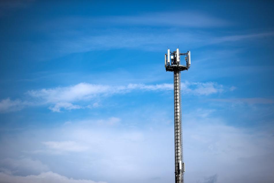 Ein Mobilfunkmast. Die zwei größten Mobilfunkanbieter in Deutschland schalten ihre 3G-Netze ab. (Symbolbild)
