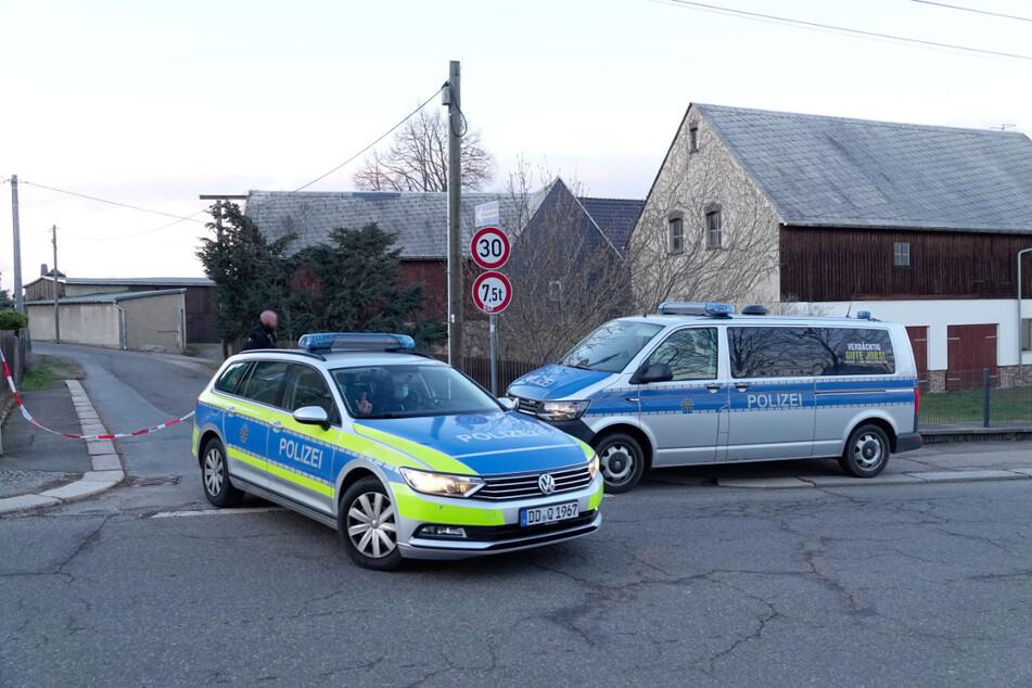 Tatort Unterer Gutsweg in Limbach-Oberfrohna: Die Polizei sperrte nach der Bluttat die ganze Straße ab.