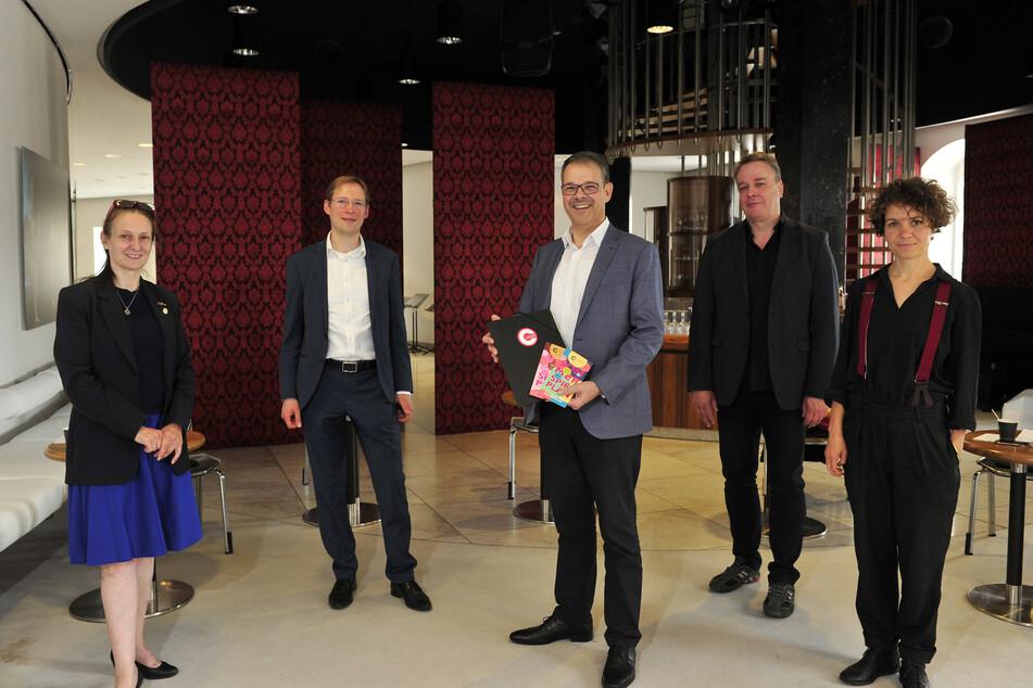 Sie stellten das Theaterprogramm vor (v.l.): Sabrina Sadowska (Ballett), Raimund Kunze (Orchester), Generalintendant Christoph Dittrich, Carsten Knödler (Schauspiel) und Gundula Hoffmann (Figurentheater).