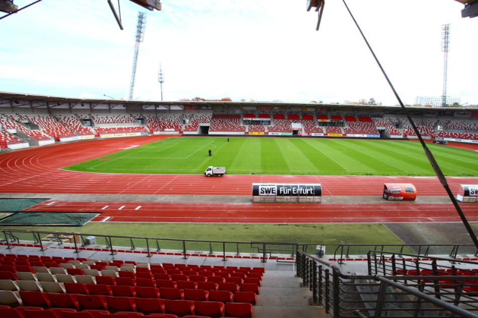 Blick in das Steigerwaldstadion, die Heimstätte des FC Rot-Weiß Erfurt. Bei RWE gibt es wieder Ärger, diesmal soll es um das Containerdorf auf dem Trainingsgelände gehen. (Archiv)