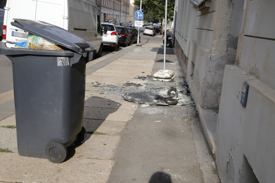 In der Kanalstraße brannte eine Mülltonne ab.