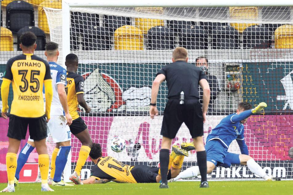 Pech: Den Kopfball von Philipp Hosiner kratzte FCM-Keeper Morten Behrens irgendwie von der Linie.