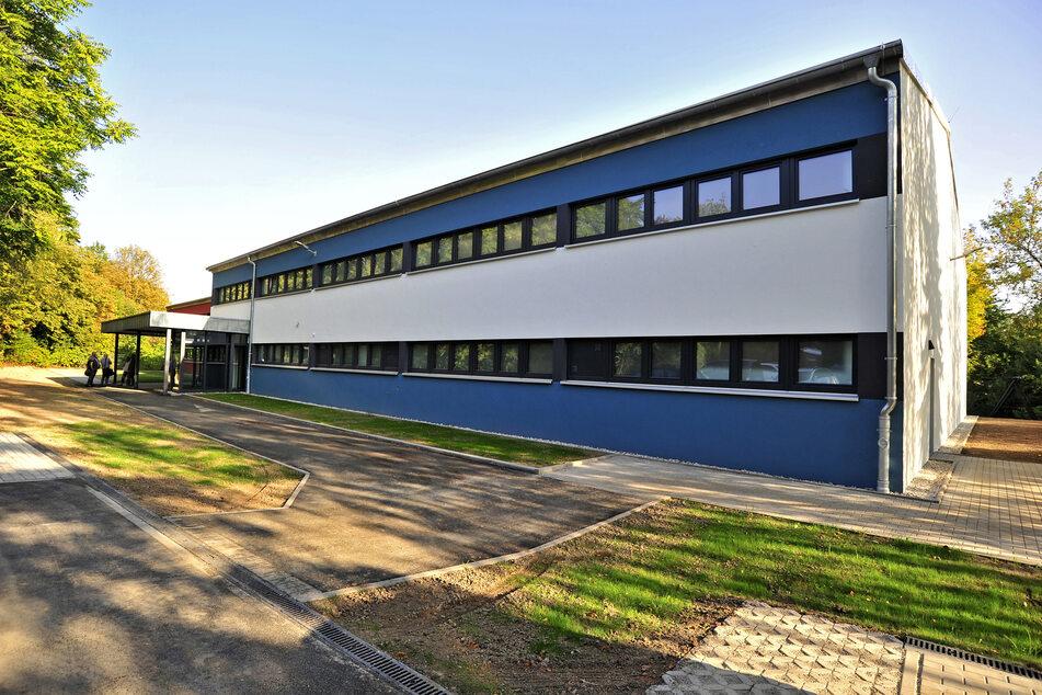Der Sportkomplex an der Dittersdorfer Strasse wurde rundum saniert - der Außenbereich erhielt neue Wege und Grünflächen.