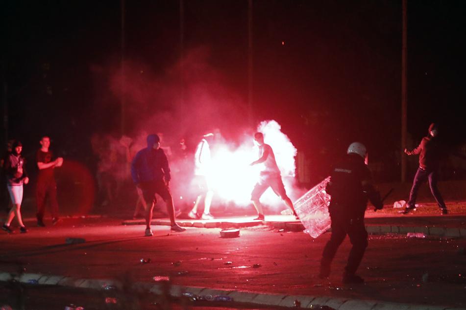Heftige Corona-Krawalle in Belgrad: Demonstranten stürmen Parlament