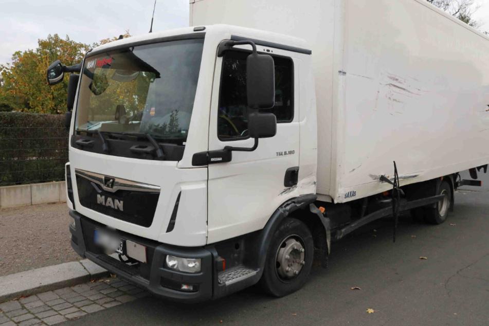 Der Lastwagen ist auf der Fahrerseite gekennzeichnet vom Unfall.