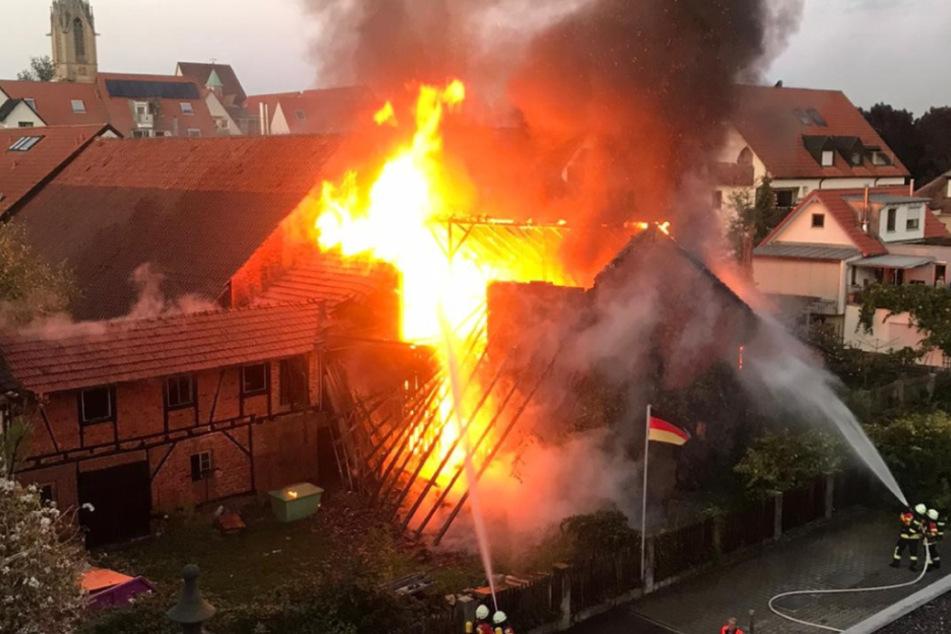 Scheune steht lichterloh in Flammen: Über 100.000 Euro Schaden