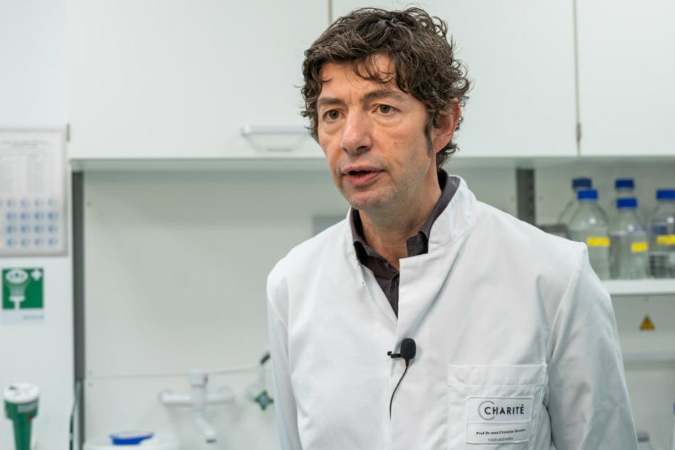Christian Drosten, Direktor des Instituts für Virologie an der Charité in Berlin, steht im Institut für Virologie an der Charité Berlin Mitte, in dem Untersuchungen zum Coronavirus laufen. (Archivbild)
