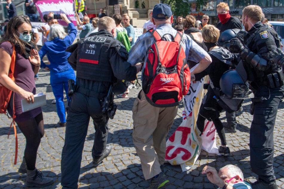 Bereits am vergangenen Wochenende hatte es in der Frankfurter Innenstadt mehrere Demos gegeben. Am Rossmarkt musste die Polizei eingreifen, als Teilnehmer einer rechten und einer linken Kundgebung aneinander gerieten.