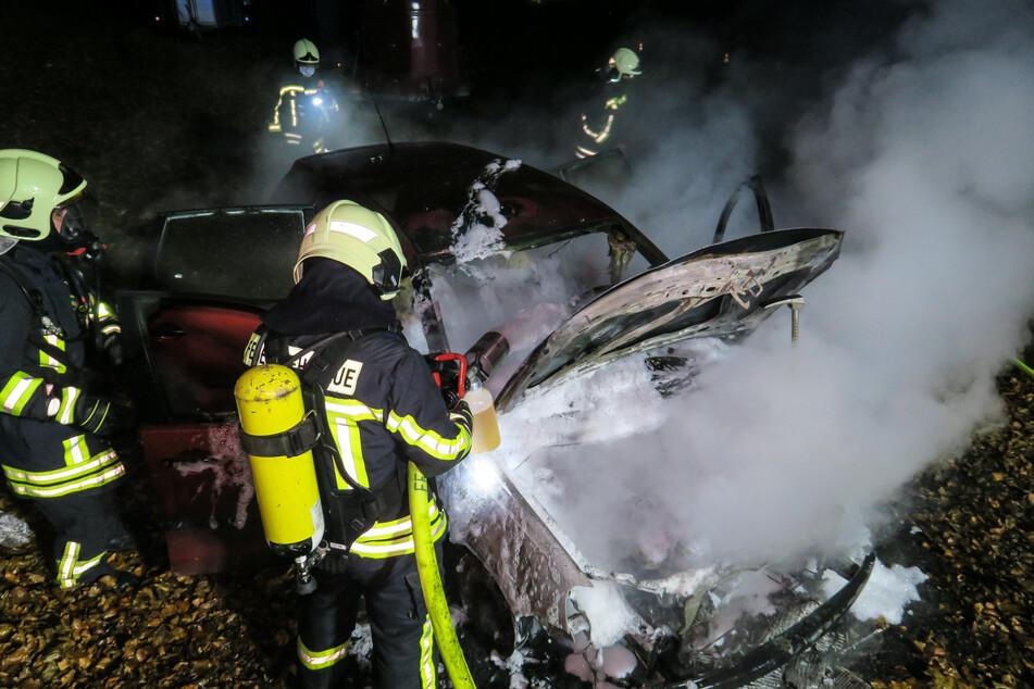 Feuerwehreinsatz auf der B101 in Aue: Ein VW geriet am Freitagabend in Brand. Die Feuerwehr kämpfte gegen die Flammen.