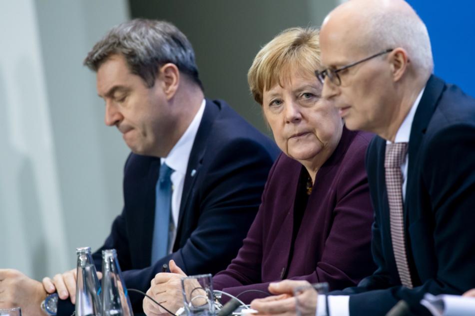 Markus Söder (CSU,l-r), Ministerpräsident von Bayern, Bundeskanzlerin Angela Merkel (CDU) und Peter Tschentscher (SPD), Erster Bürgermeister von Hamburg, äußern sich bei einer Pressekonferenz nach dem Treffen der Bundeskanzlerin und weiteren Mitgliedern der Bundesregierung mit den Regierungschefinnen und Regierungschefs der Länder im Bundeskanzleramt.
