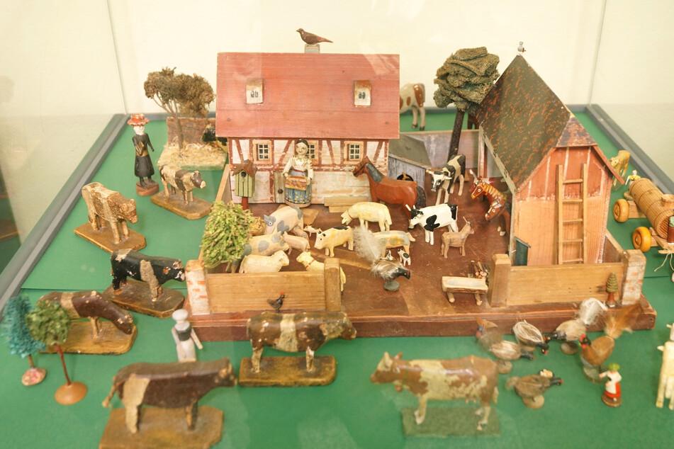 Auch ein typisch erzgebirgischer Bauernhof ist in den Vitrinen zu sehen.