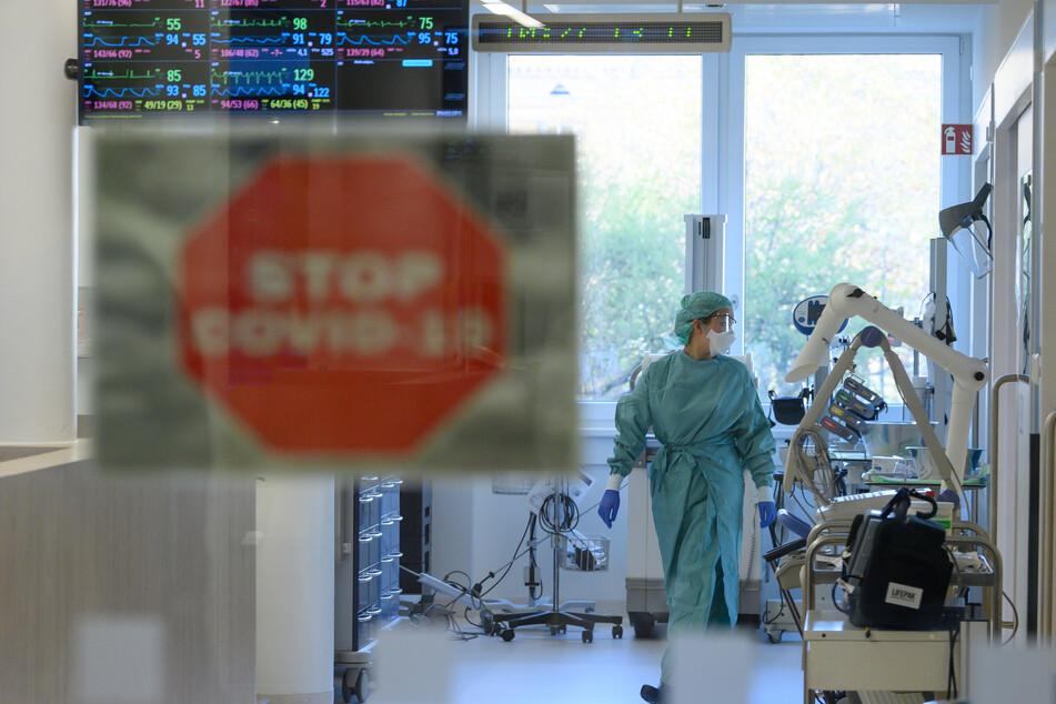 Eine Intensivpflegerin läuft in der Corona-Intensivstation des Universitätsklinikums Dresden über den Gang.