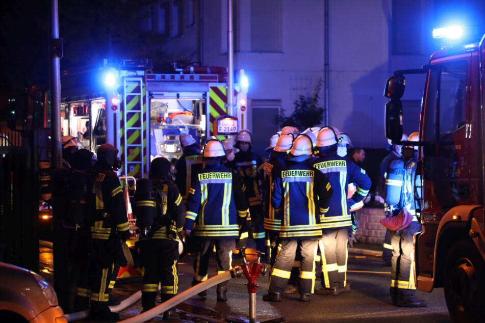 Feuer-Drama in Wohnhaus: Einsatzkräfte bergen verbrannte Leiche