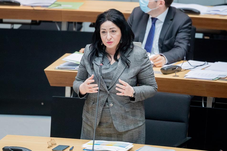 Gesundheitssenatorin Dilek Kalayci (SPD) hat bekanntgegeben, dass Berlin die Corona-Impfungen mit Astrazeneca aussetzt.