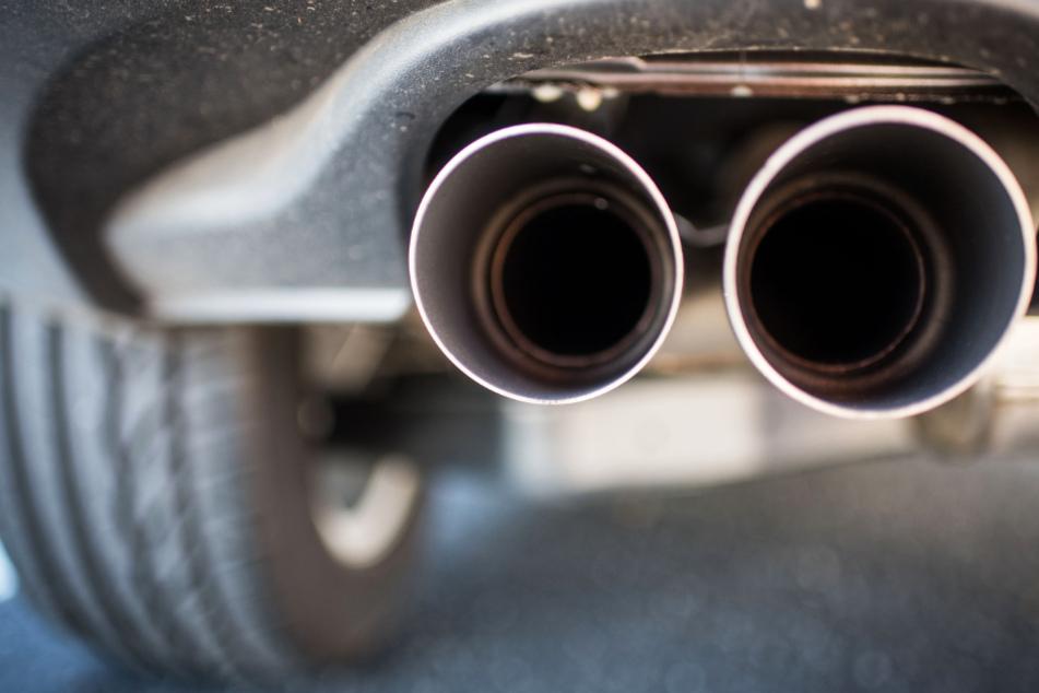 Zur Reduzierung der Stickstoff-Werte in Frankfurt müssten die Autoabgase in der Stadt reduziert werden (Symbolbild).