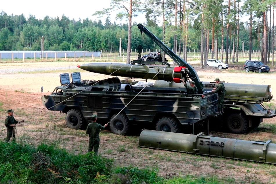 In diesem Videostandbild, das vom belarussischen Verteidigungsministerium über VOENTV zur Verfügung gestellt wurde, bereiten Soldaten der belarussischen Armee während militärischer Übungen in der Nähe von Astravets einen Raketenwerfer vor.