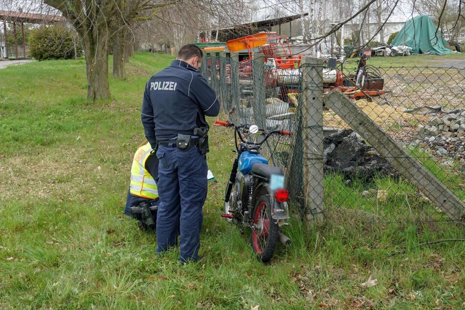 Polizisten begutachteten nach dem Crash das Simson-Moped.