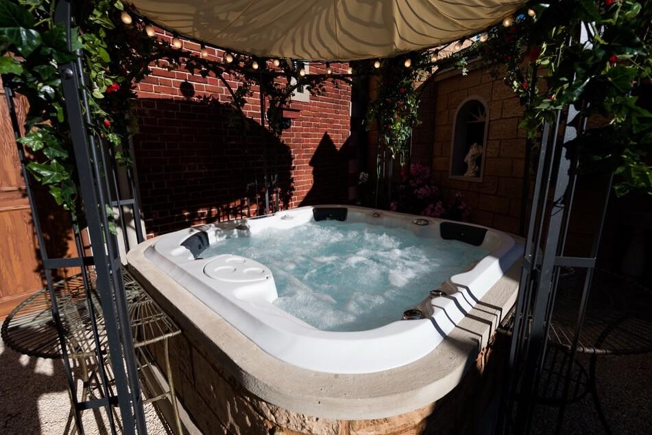 Im Whirlpool können sich die Promis entspannt zurücklehnen und lästern, was das Zeug hält.