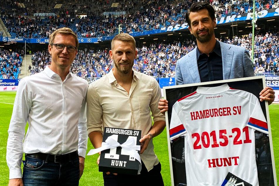 Sportdirektor Michael Mutzel (41, l.) und Vorstand Jonas Boldt (39, r.) überreichten Aaron Hunt bei der Verabschiedung u.a. ein besonderes HSV-Trikot.