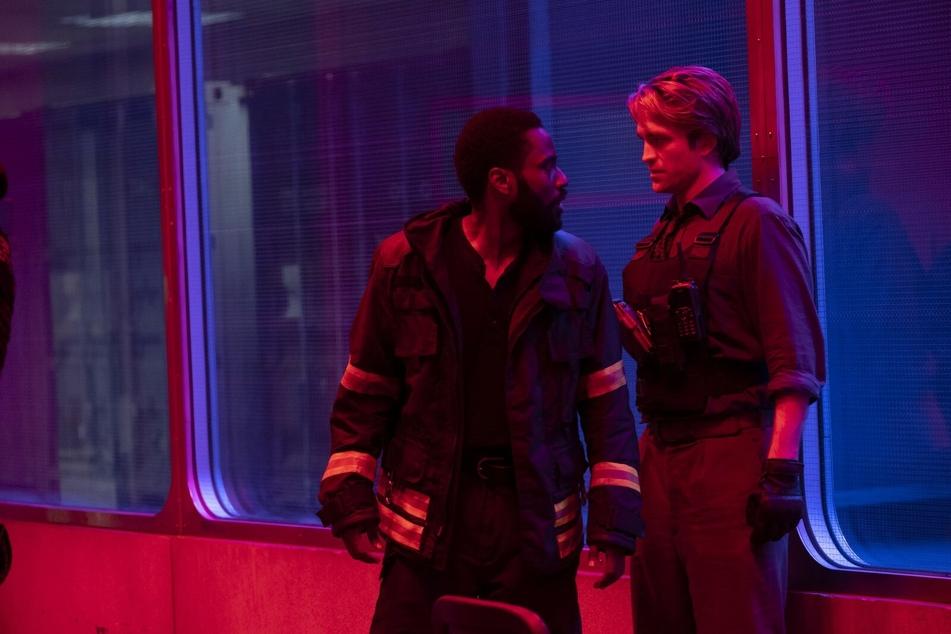 Zusammen mit Robert Pattinson muss er den Ausbruch des Dritten Weltkriegs verhindern. © Warner Bros. Entertainment Inc.