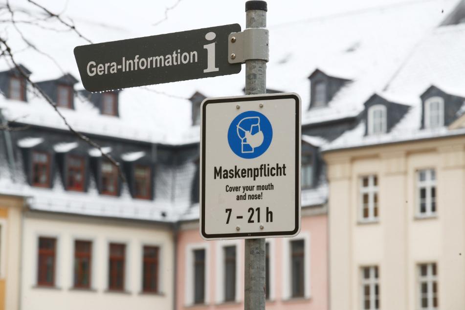 Ein Hinweisschild zur Maskenpflicht steht am Marktplatz in der Innenstadt. Wegen der sinkenden Infektionszahlen wird es nun wieder entfernt.