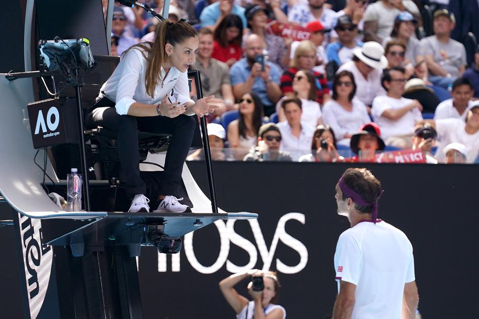 Australian Open, Einzel, Herren, Viertelfinale, Federer (Schweiz) - Sandgren (USA). Die vorsitzende Schiedsrichterin Marijana Veljovic (l) spricht mit Roger Federer, nachdem er einen Code-Verstoß erhalten hatte.