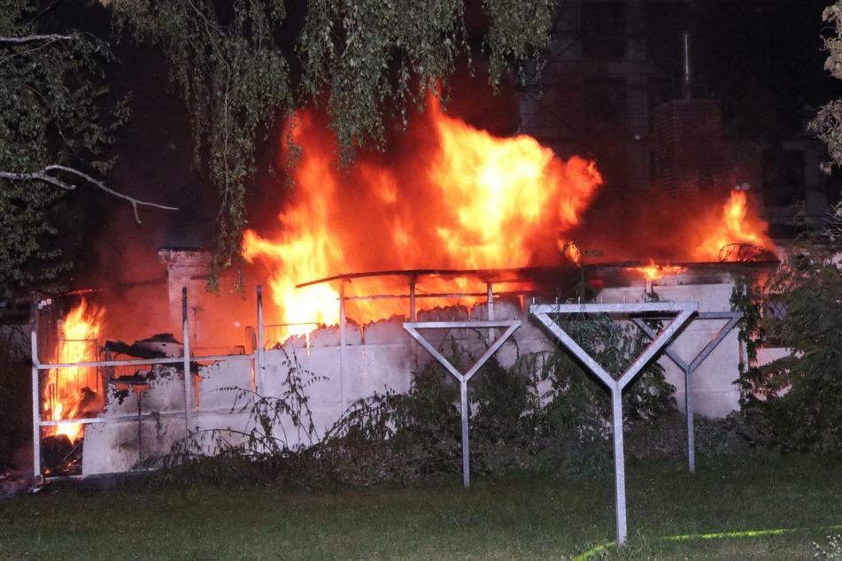 Die extrem hoch schlagenden Flammen waren schon aus weiter Entfernung zu sehen.