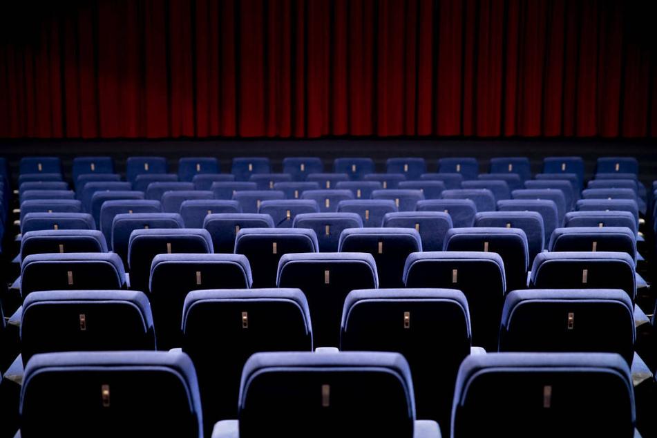 Ein leerer Saal eines coronabedingt geschlossenen Kinos. Die Kino-Branche hat die Bund-Länder-Beschlüsse zur Entwicklung der Maßnahmen gegen die Corona-Pandemie als unzureichend kritisiert. (Symbolfoto)