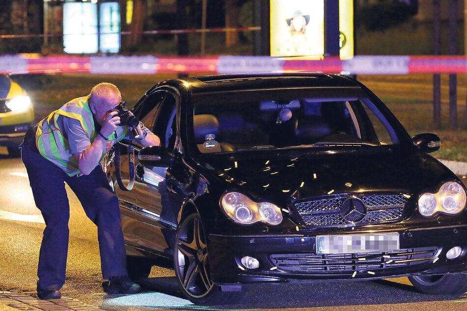 Die Polizei begann sofort mit der Untersuchung des Todes-Mercedes.