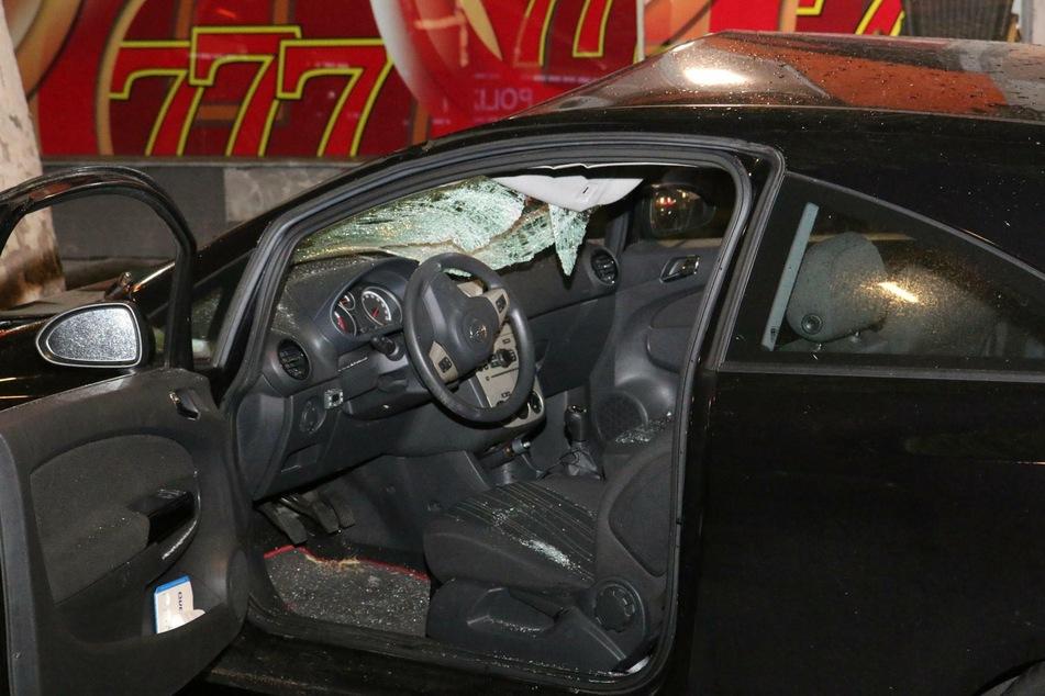 Gegen Frontscheibe geschleudert: Fußgängerin stirbt nach Horror-Crash