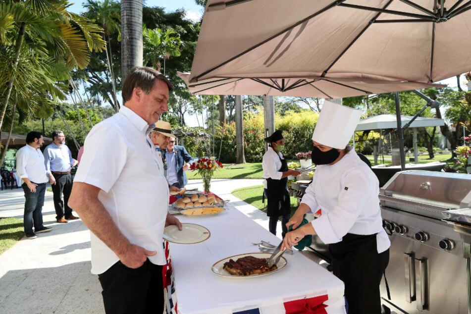 Jair Bolsonaro (l), Präsident von Brasilien, nimmt an einem Essen anlässlich des amerikanischen Unabhängigkeitstages in der US-Botschaft teil.