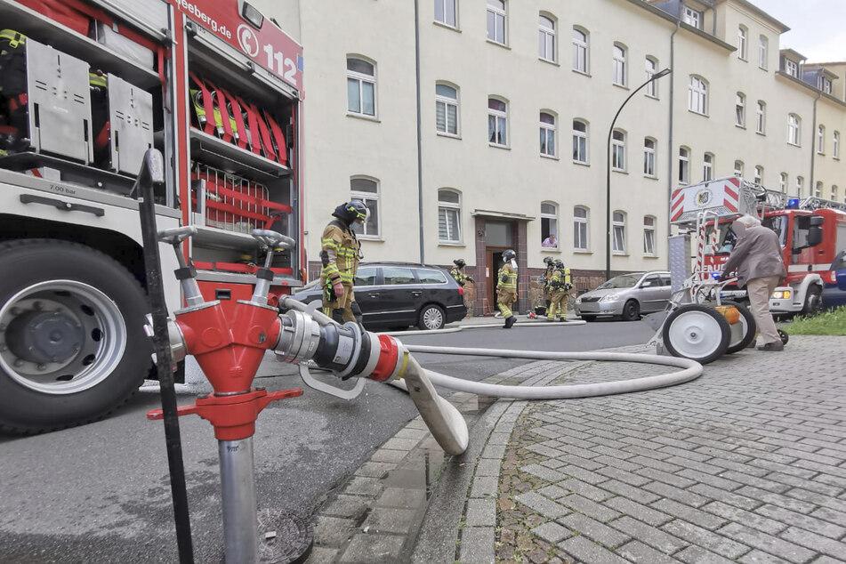 Mit einer Drehleiter und mehreren Einsatzfahrzeugen rückte die Feuerwehr an.