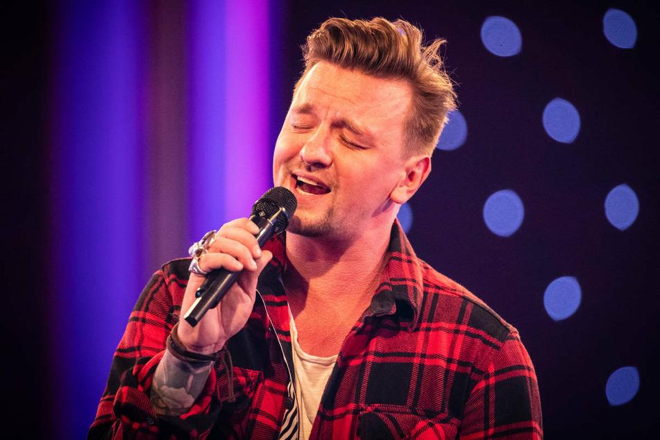 """Sänger Ben Zucker (37) stand im Mai 2019 beim Sendungsjubiläum """"25 Jahre Brisant"""" auf der Bühne. Der Berliner Musiker ist kürzlich positiv auf das Coronavirus getestet worden. (Archivfoto)"""
