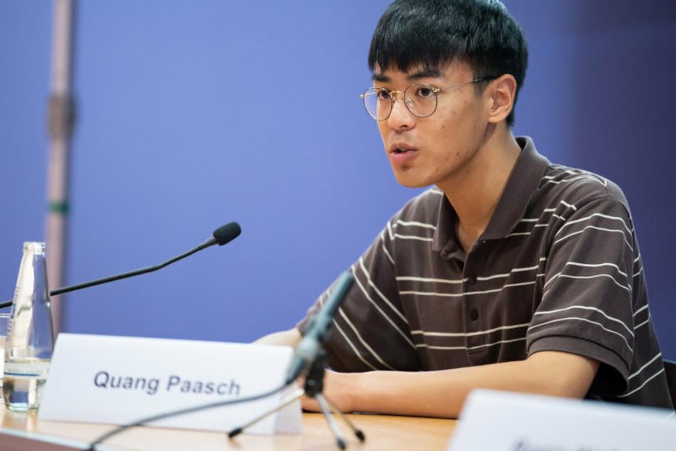"""Quang Paasch von """"Fridays for Future"""" äußert sich bei einer Pressekonferenz"""
