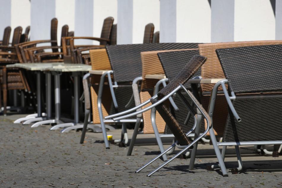 """Die Stühle vor einem Kemptener Restaurant müssen rangeklappt bleiben. Es darf nur """"Außer-Haus-Service"""" angeboten werden (Symbolbild)."""
