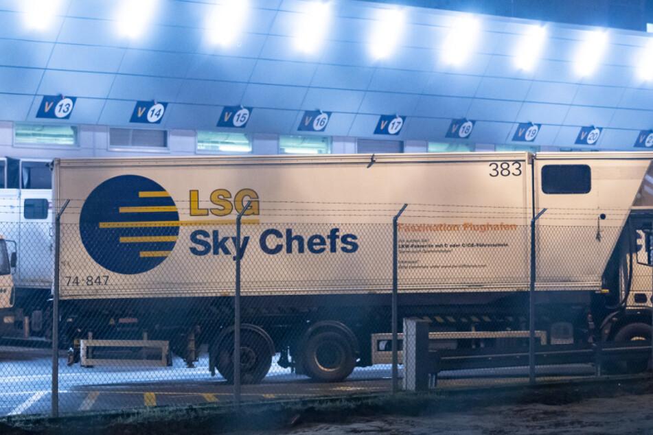 Ein LSG-Fahrzeug steht auf dem Betriebsgelände der Lufthansa Tochter Sky Chefs am Flughafen.
