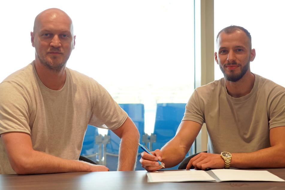 CFC-Sportdirektor Armin Causevic (l) und Adis Omerbasic bei der Vetragsunterzeichnung.