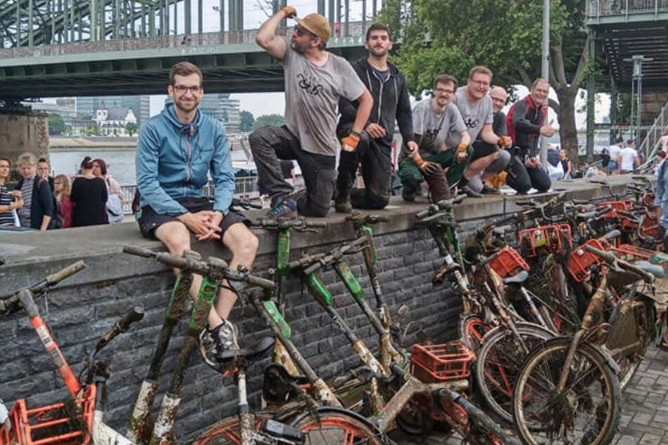 Umweltschützer finden unzählige E-Scooter und Leihfahrräder im Rhein!