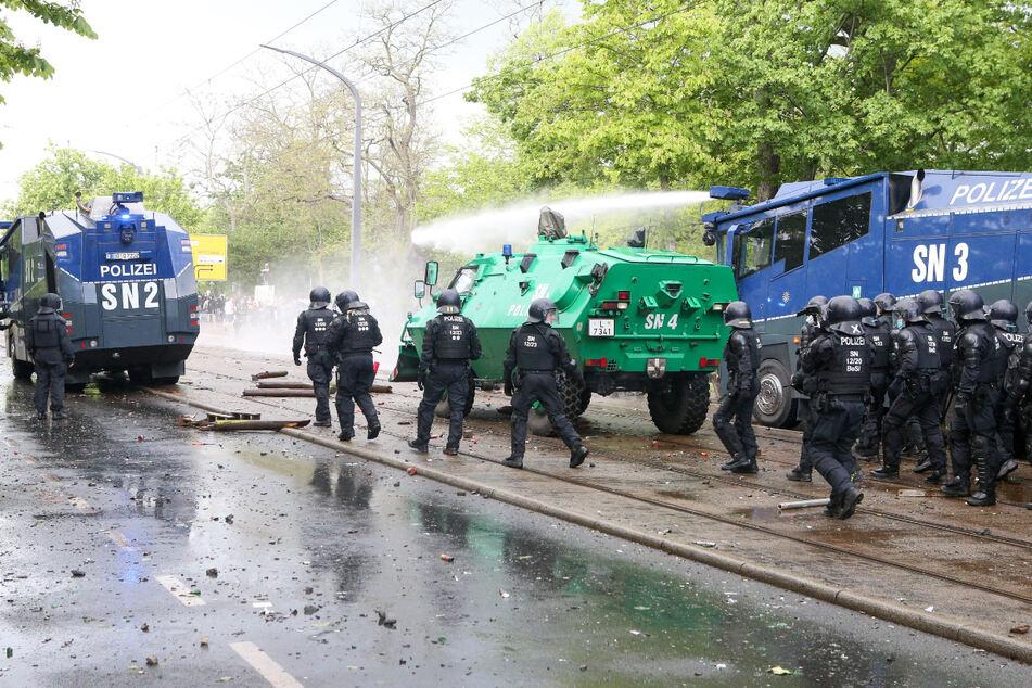 Bei den Ausschreitungen am Harbig-Stadion setzte die Polizei auch Wasserwerfer ein.