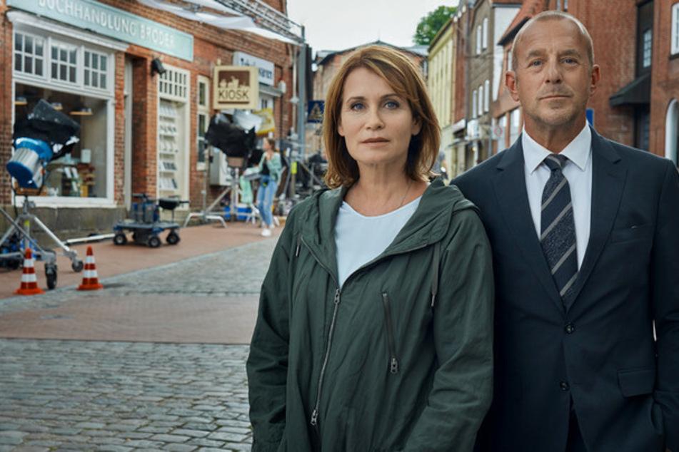 Silke Broder (Anja Kling, 51) und Simon Kessler (Heino Ferch, 57) für Dreharbeiten im fiktiven Nordholm: Seine Ex-Kollegin ist verschwunden.