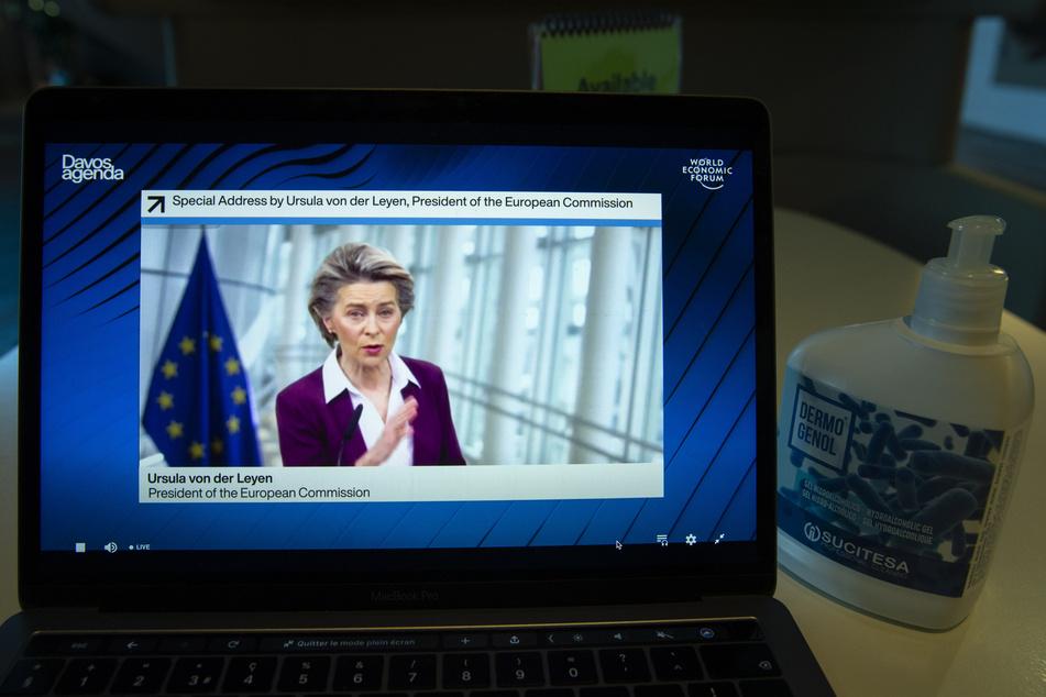 Ursula von der Leyen (62, CDU), Präsidentin der Europäischen Kommission, ist während einer Videokonferenz bei der Davos Agenda im Rahmen des Weltwirtschaftsforum (WEF) auf einem Bildschirm zu sehen. Aufgrund der Corona-Pandemie findet das Weltwirtschaftsforum online statt.