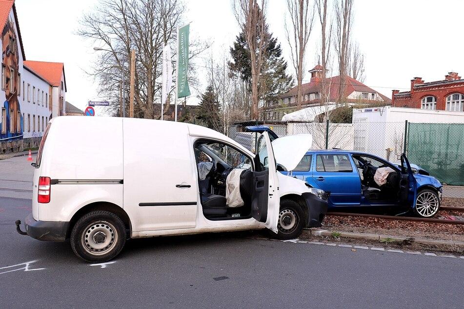 Der Fahrer des VW Caddys schaffte es nur mithilfe der Feuerwehr aus seinem Wagen.