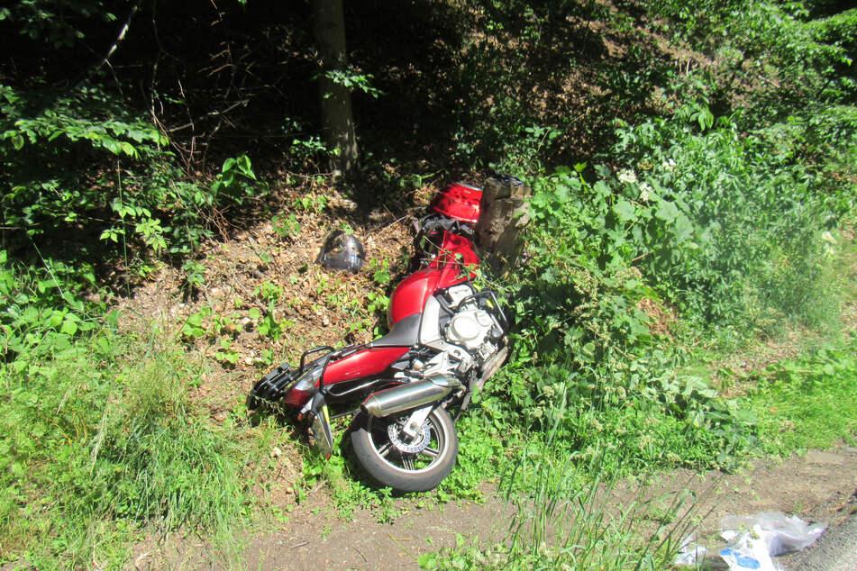Ein 61-jähriger Bochumer ist nach dem Zusammenstoß mit einem Fußgänger mit seinem Motorrad in eine Böschung geschleudert.