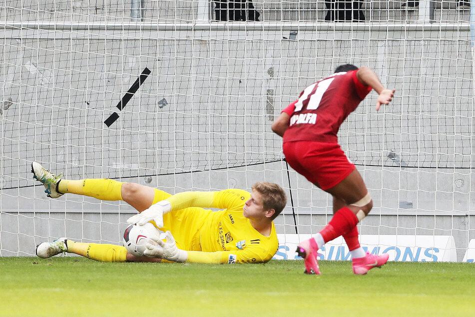Jakub Jakubov fischte sich auch diesen Ball vorm Berliner Ali Abu-Alfa.