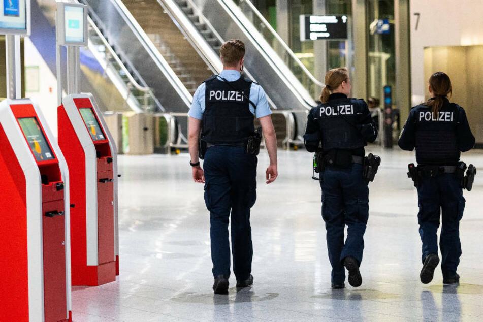 Sitzplatz nicht akzeptiert und ausgeflippt: Bundespolizei holt 74-Jährigen aus Flugzeug