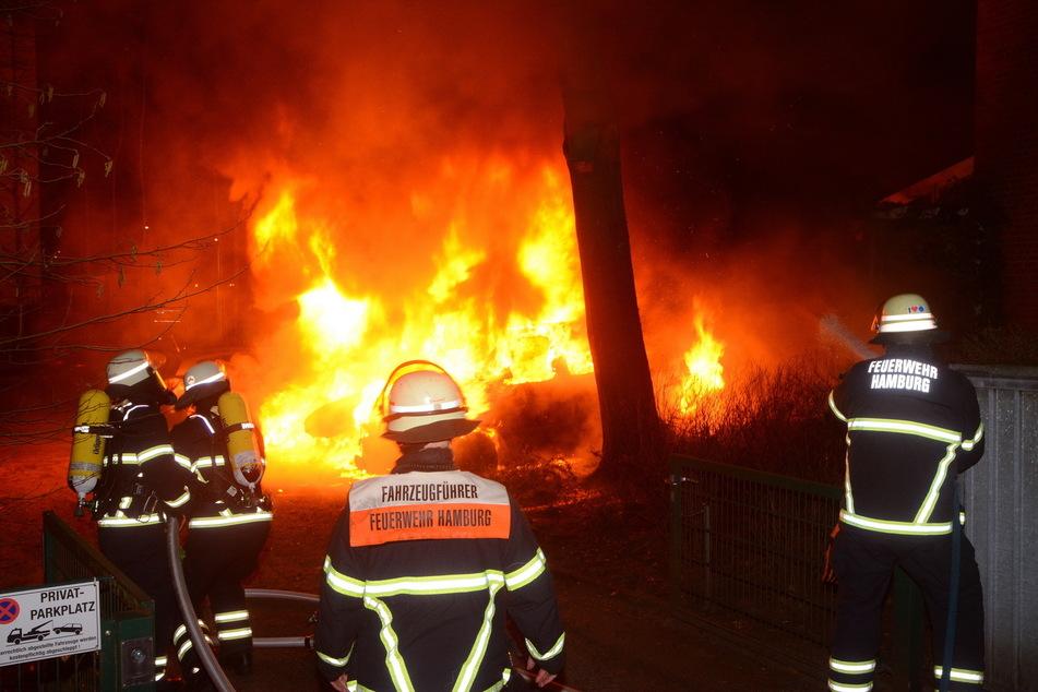 Heftiges Feuer auf Anwohnerparkplatz: Drei Autos stehen in Flammen