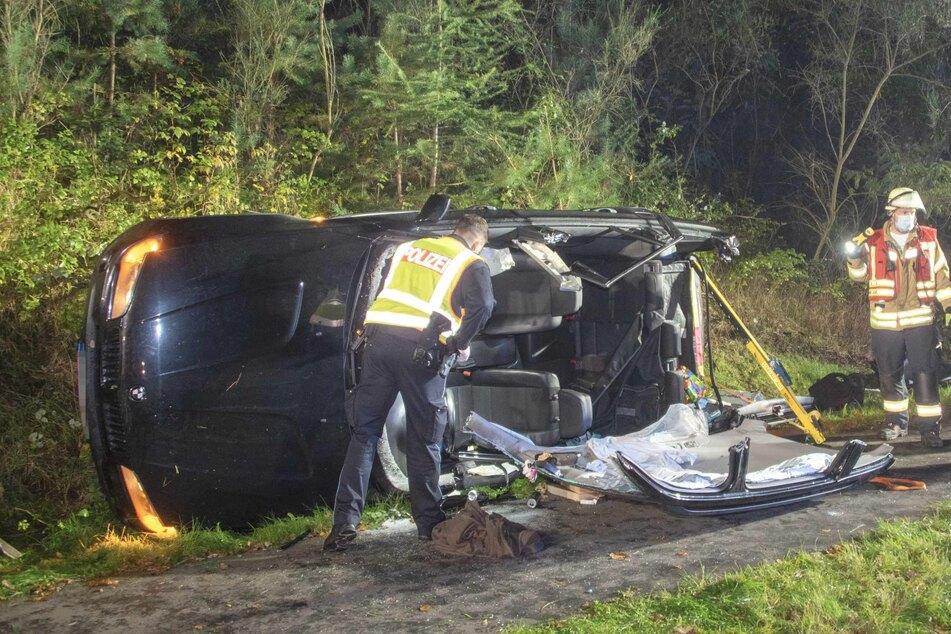 Das Auto blieb auf der Seite liegen. Die Fahrerin musste von der Feuerwehr aus dem Wagen befreit werden.