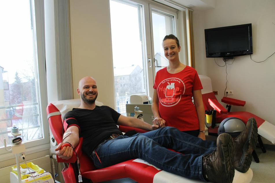 Bei der Spende hat es gefunkt. Cindy Gräbner (27) nahm Jan Gelfert (36) Blut ab. Jetzt sind die beiden ein Paar.