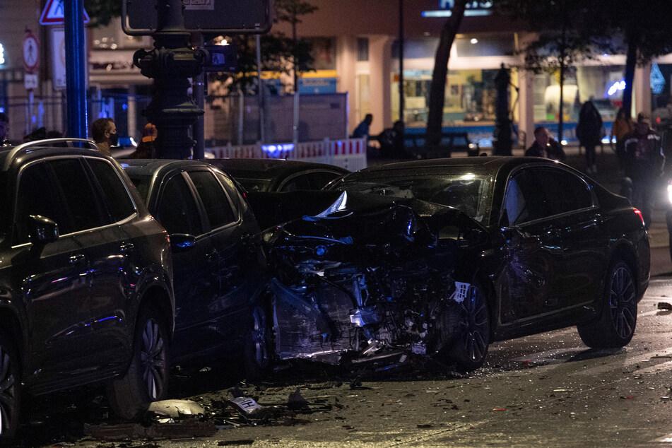 Eine 45 Jahre alte Frau und ihre 17-jährige Tochter wurden bei einem Unfall am Kurfürstendamm teils lebensgefährlich verletzt.