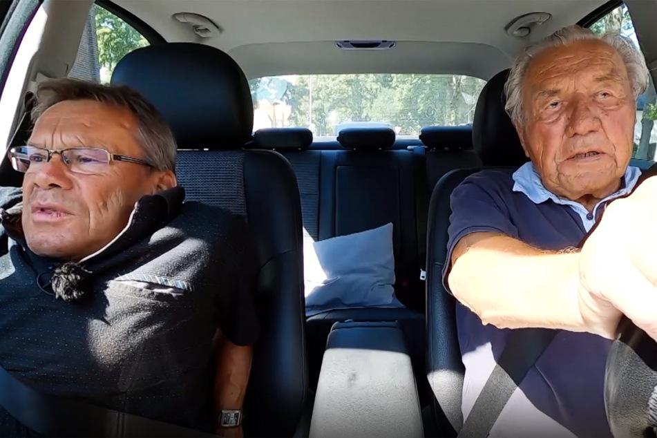 """Heinz (96, r.) unterzog sich bei """"Alt & abgefahren"""" einem freiwilligen Führerschein-Check. Mit seinem Sohn Claus Rüdiger (61) übte er vorab."""